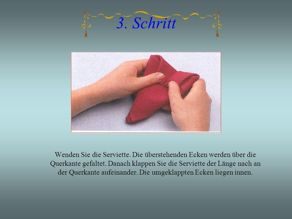 3.Schritt Wenden Sie die Serviette. Die überstehenden Ecken werden über die Querkante gefaltet.