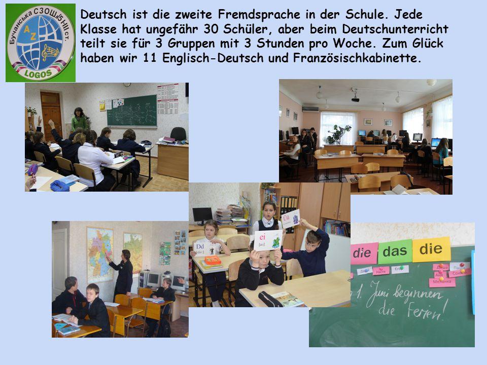 Deutsch ist die zweite Fremdsprache in der Schule. Jede Klasse hat ungefähr 30 Schüler, aber beim Deutschunterricht teilt sie für 3 Gruppen mit 3 Stun