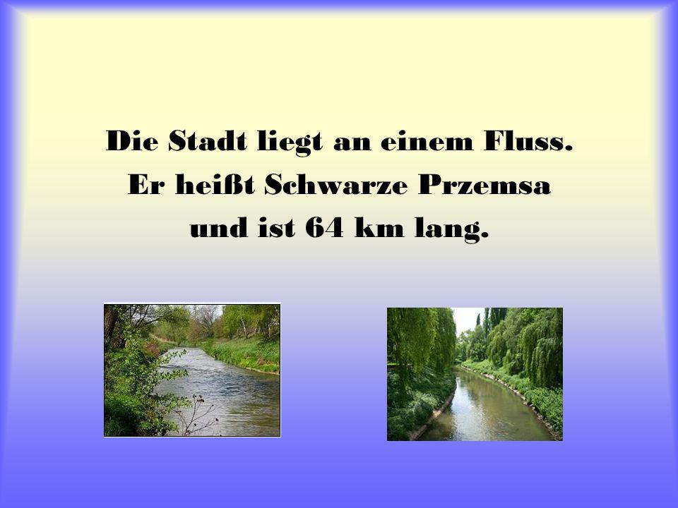 Die Stadt liegt an einem Fluss. Er heißt Schwarze Przemsa und ist 64 km lang.