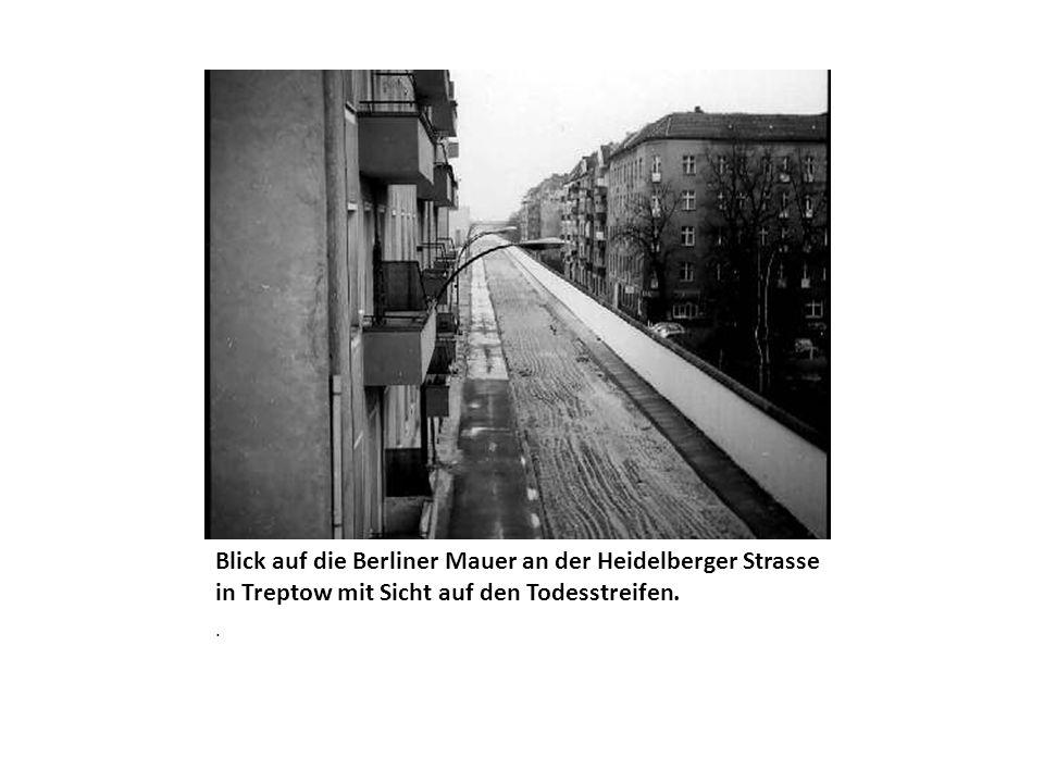 Blick auf die Berliner Mauer an der Heidelberger Strasse in Treptow mit Sicht auf den Todesstreifen..