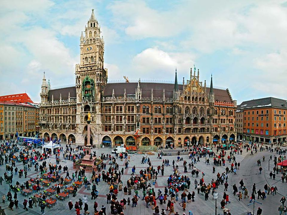 4.Most people in München dress in traditional clothing of Lederhosen or Dirndl dresses, though one does not see these in other areas of Germany.