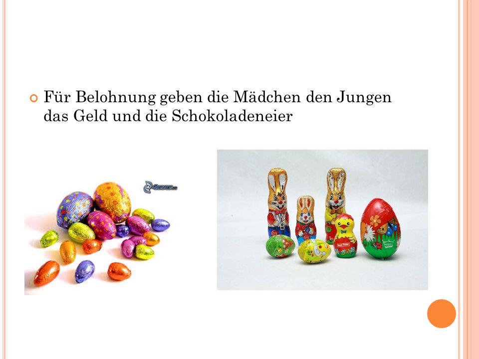 Für Belohnung geben die Mädchen den Jungen das Geld und die Schokoladeneier