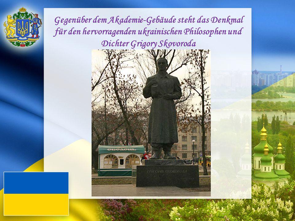Gegenüber dem Akademie-Gebäude steht das Denkmal für den hervorragenden ukrainischen Philosophen und Dichter Grigory Skovoroda