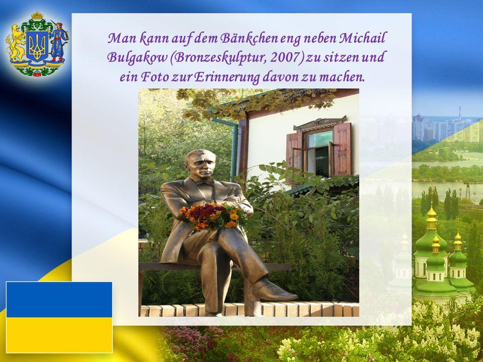 Man kann auf dem Bänkchen eng neben Michail Bulgakow (Bronzeskulptur, 2007) zu sitzen und ein Foto zur Erinnerung davon zu machen.