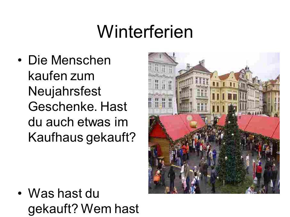 Die Menschen kaufen zum Neujahrsfest Geschenke. Hast du auch etwas im Kaufhaus gekauft? Was hast du gekauft? Wem hast du Geschenke gemacht? Winterferi