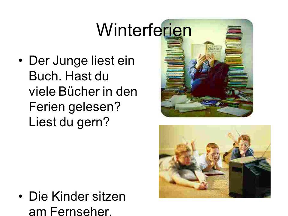 Der Junge liest ein Buch. Hast du viele Bücher in den Ferien gelesen? Liest du gern? Die Kinder sitzen am Fernseher. Hast du auch am Fernseher gesesse