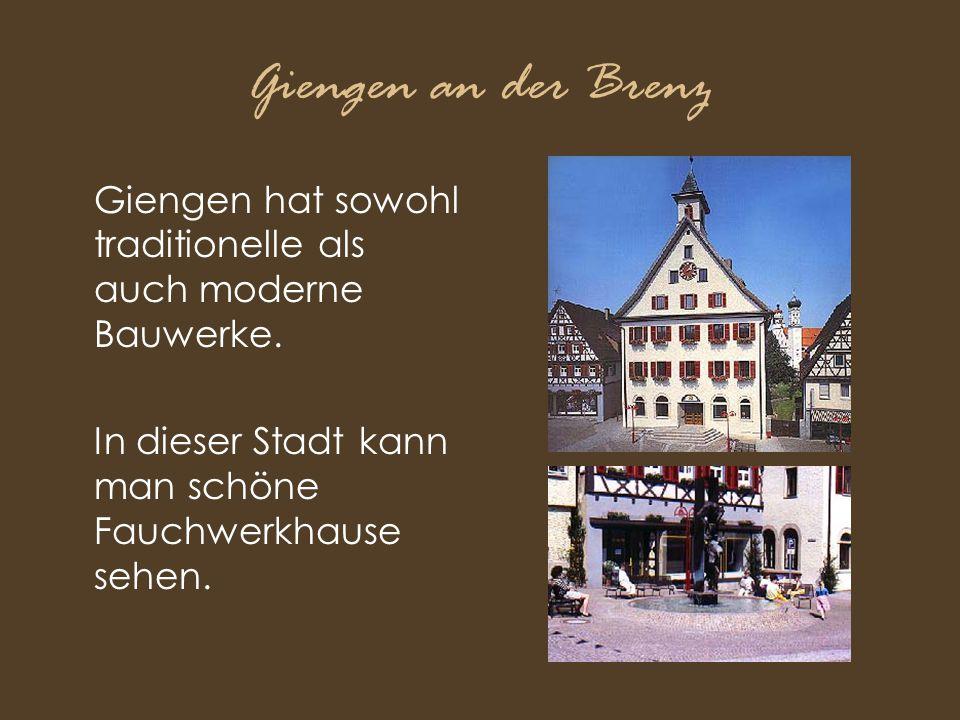 Giengen an der Brenz Giengen hat sowohl traditionelle als auch moderne Bauwerke. In dieser Stadt kann man schöne Fauchwerkhause sehen.