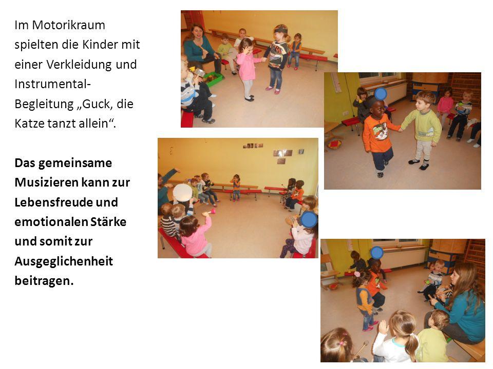 """Im Motorikraum spielten die Kinder mit einer Verkleidung und Instrumental- Begleitung """"Guck, die Katze tanzt allein"""". Das gemeinsame Musizieren kann z"""