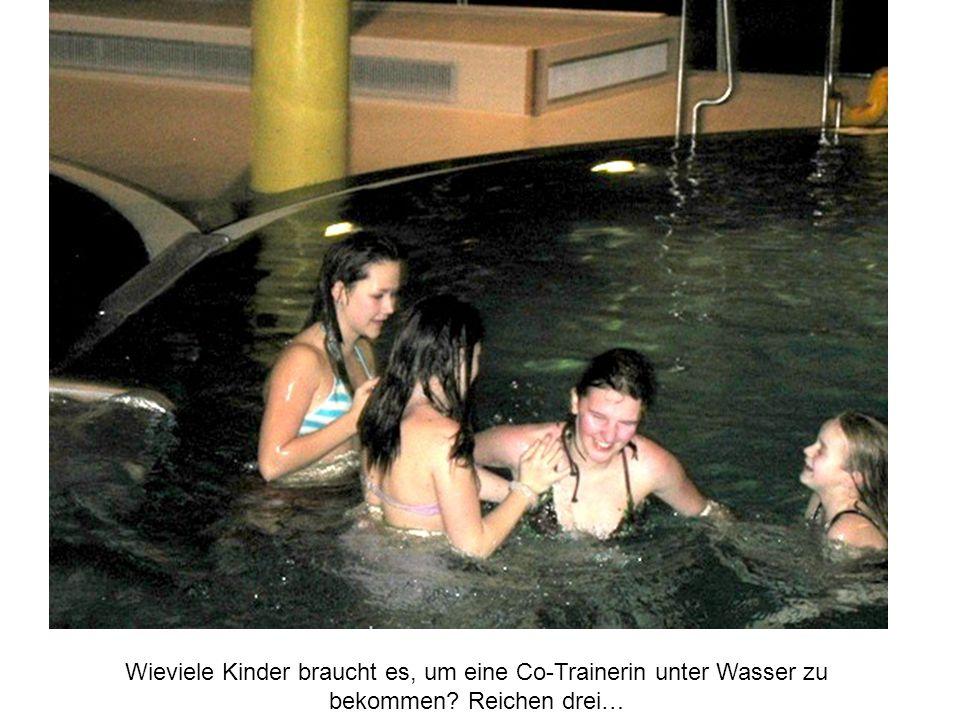 Wieviele Kinder braucht es, um eine Co-Trainerin unter Wasser zu bekommen? Reichen drei…