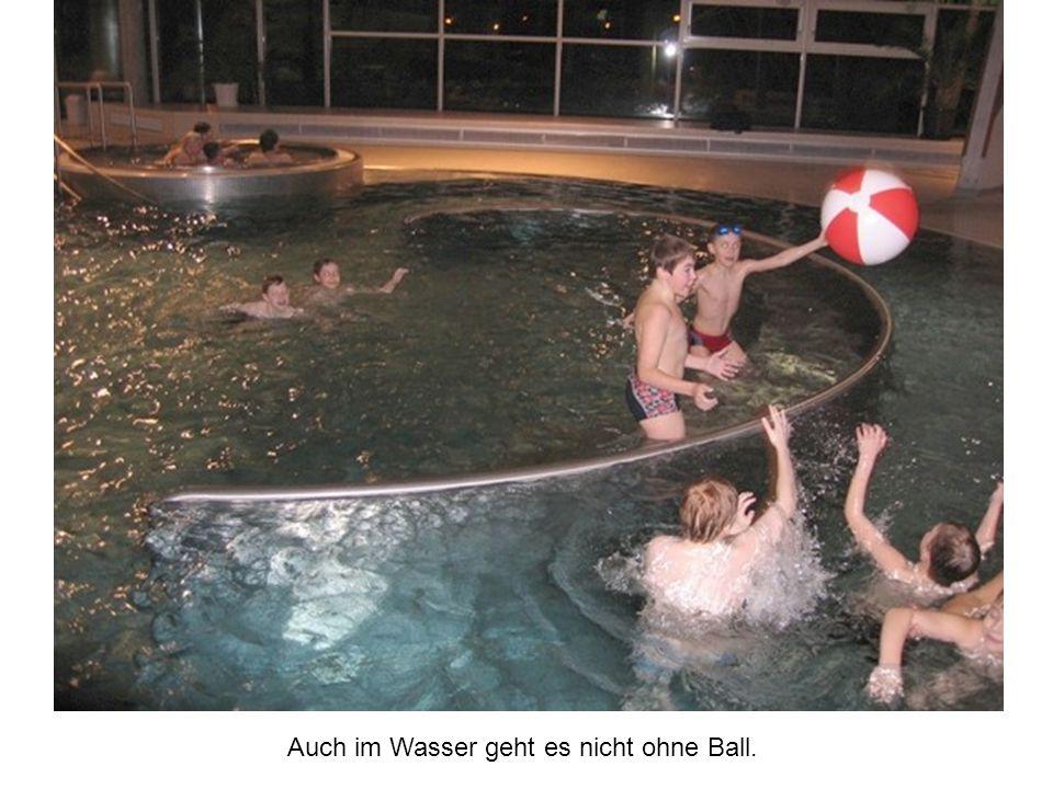 Auch im Wasser geht es nicht ohne Ball.