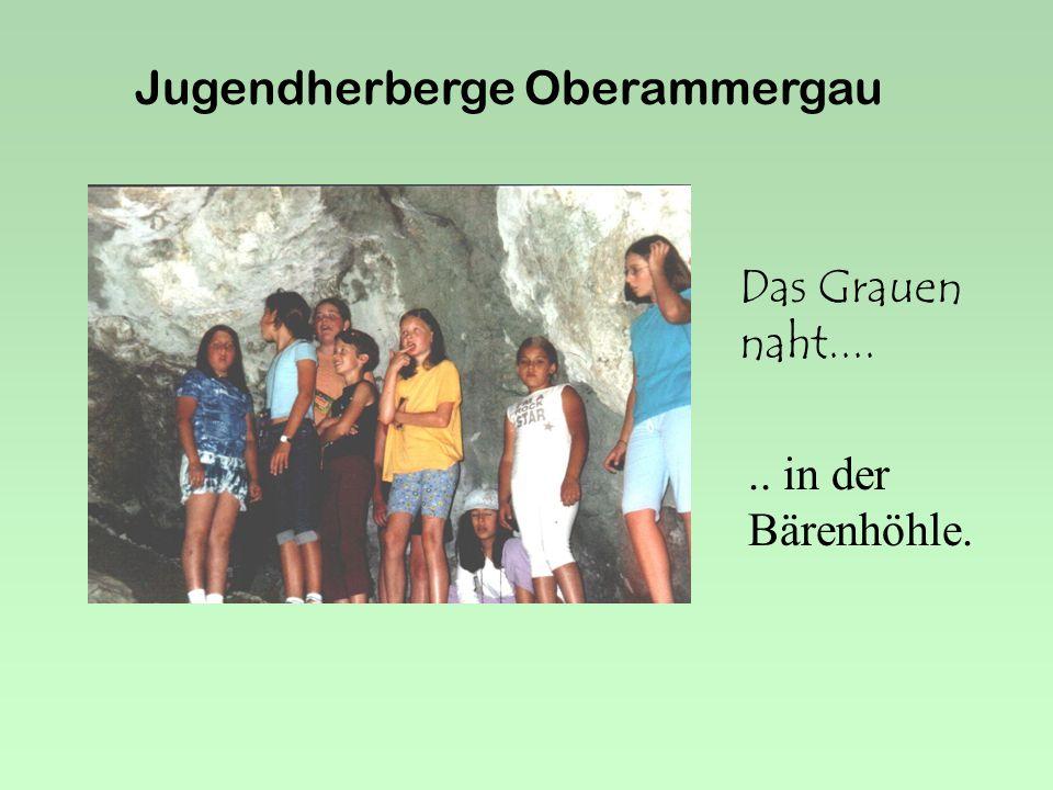 Jugendherberge Oberammergau Zuerst geht's ans Betten machen. Er macht es wohl zum ersten Mal....