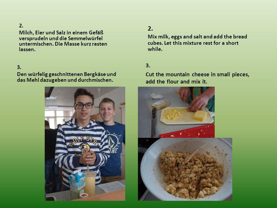 2. Milch, Eier und Salz in einem Gefäß versprudeln und die Semmelwürfel untermischen.