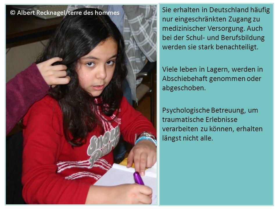 Sie erhalten in Deutschland häufig nur eingeschränkten Zugang zu medizinischer Versorgung. Auch bei der Schul- und Berufsbildung werden sie stark bena