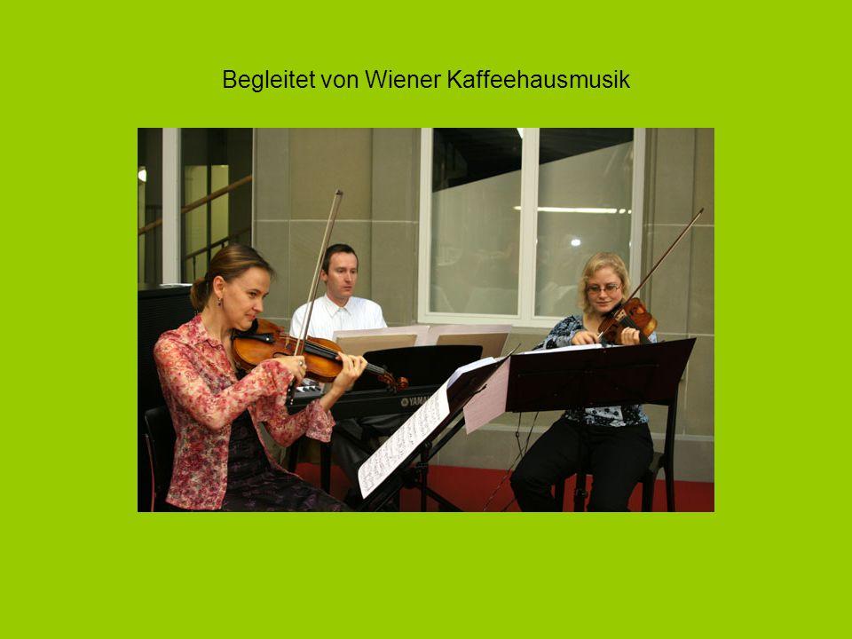 Begleitet von Wiener Kaffeehausmusik