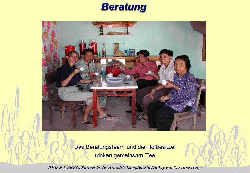 DED & VGRRC: Partner in der Armutsbekämpfung in Ha Tay von Susanne HugoBeratung Das Beratungsteam und die Hofbesitzer trinken gemeinsam Tee.