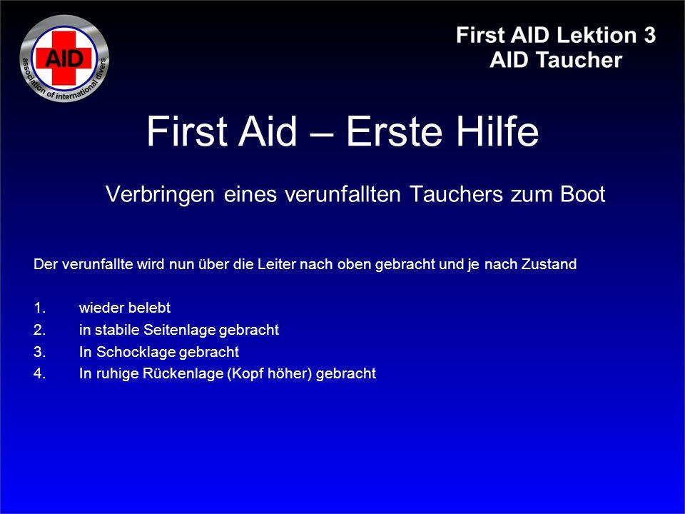 First Aid – Erste Hilfe Verbringen eines verunfallten Tauchers zum Boot Der verunfallte wird nun über die Leiter nach oben gebracht und je nach Zustan