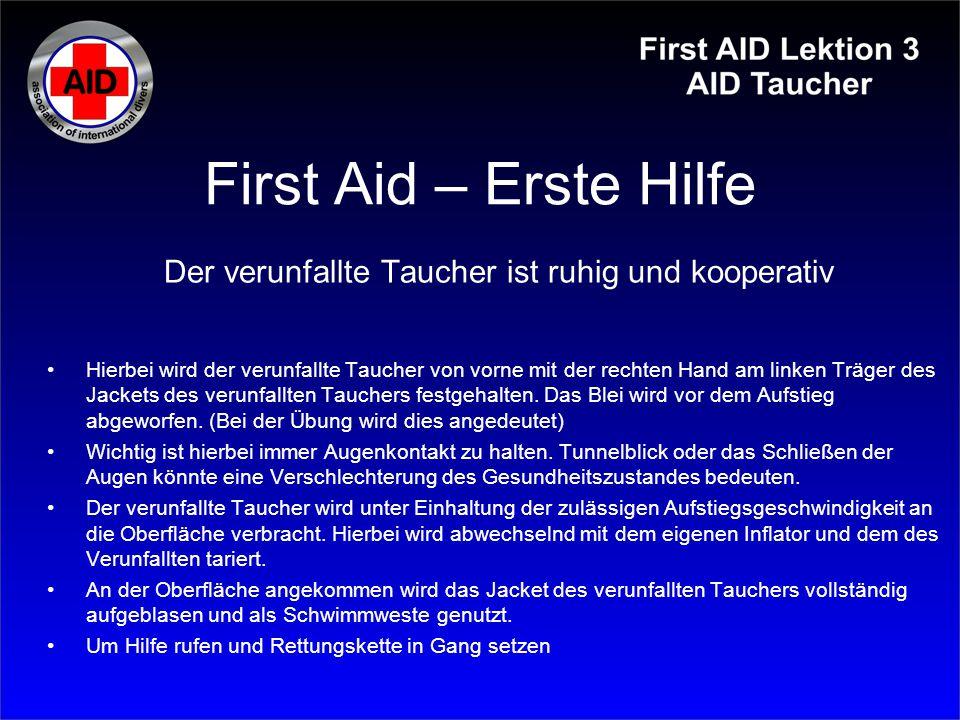 First Aid – Erste Hilfe Der verunfallte Taucher ist aggressiv und unkooperativ Am besten halten wir den verunfallten Taucher, wie den bewußtlosen Taucher, von hinten mit den Beinen und der rechten Hand an der Flasche.