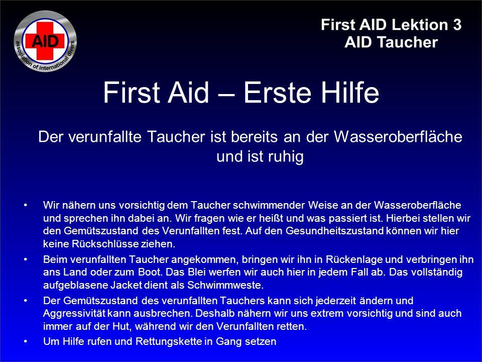First Aid – Erste Hilfe Der verunfallte Taucher ist bereits an der Wasseroberfläche und ist unruhig und aggressiv Wir nähern uns vorsichtig dem Taucher schwimmender Weise an der Wasseroberfläche und sprechen ihn dabei an.