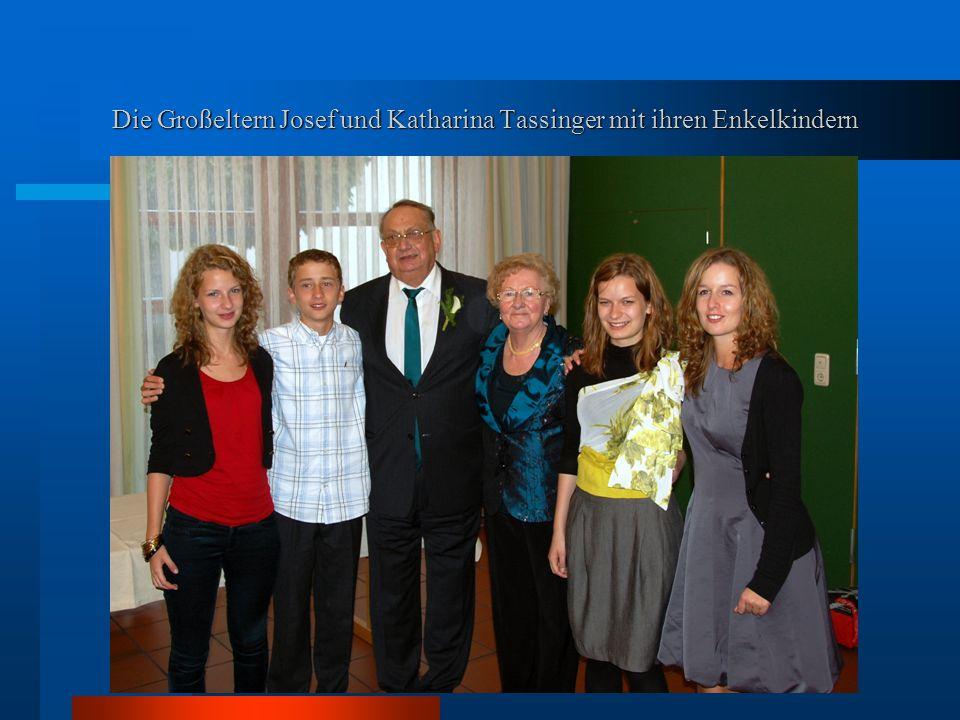 Die Großeltern Josef und Katharina Tassinger mit ihren Enkelkindern