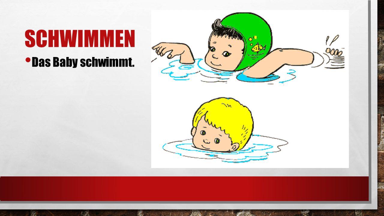 SCHWIMMEN Das Baby schwimmt.