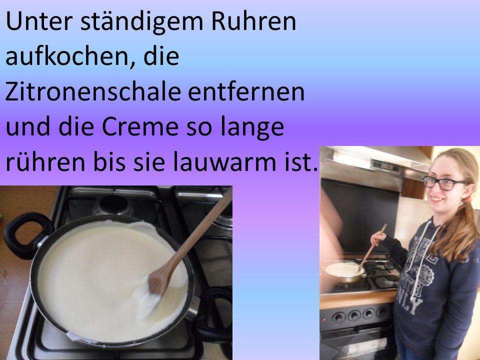 Unter ständigem Ruhren aufkochen, die Zitronenschale entfernen und die Creme so lange rühren bis sie lauwarm ist.