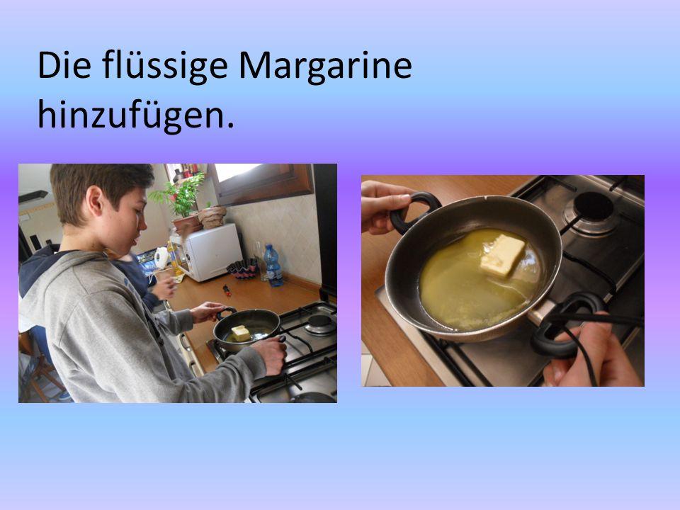 Die flüssige Margarine hinzufügen.