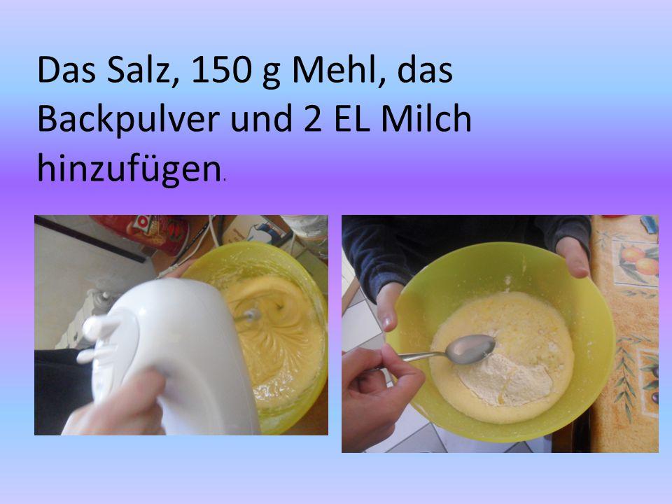 Das Salz, 150 g Mehl, das Backpulver und 2 EL Milch hinzufügen.
