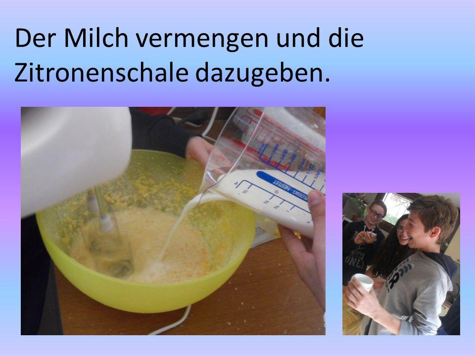 Der Milch vermengen und die Zitronenschale dazugeben.