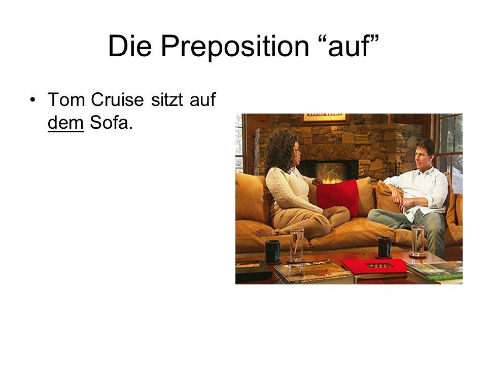 Die Preposition auf Tom Cruise sitzt auf dem Sofa.