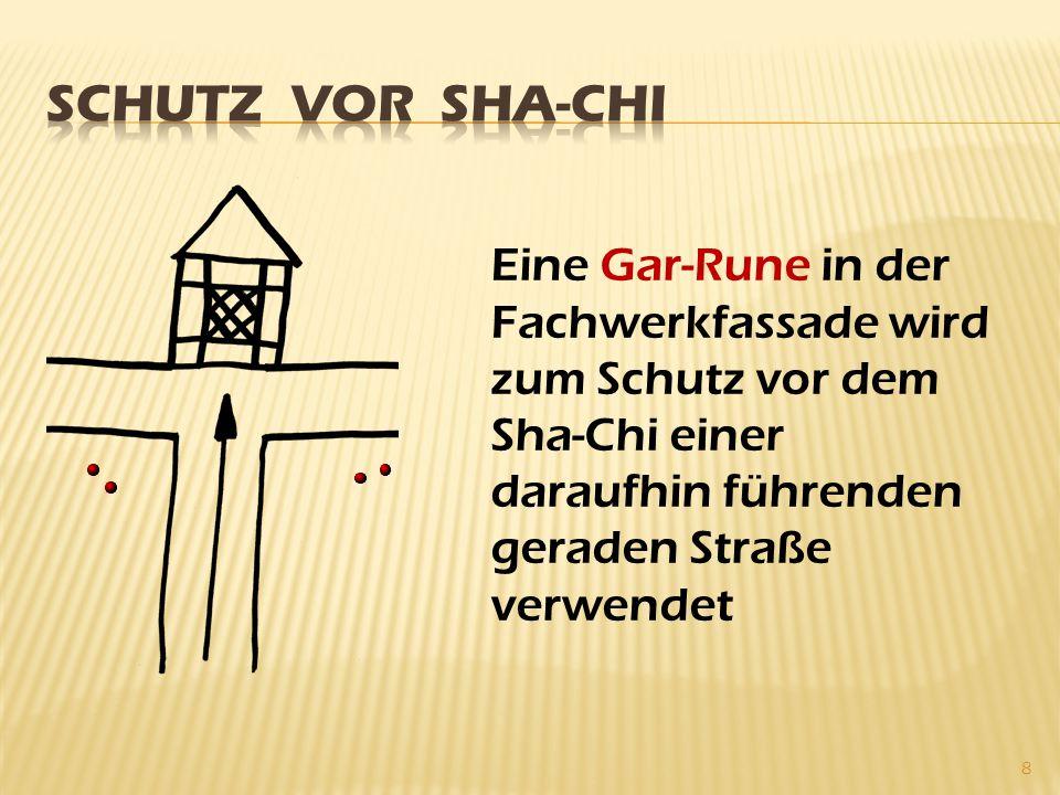 8 Eine Gar-Rune in der Fachwerkfassade wird zum Schutz vor dem Sha-Chi einer daraufhin führenden geraden Straße verwendet