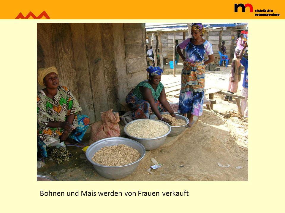 Bohnen und Mais werden von Frauen verkauft