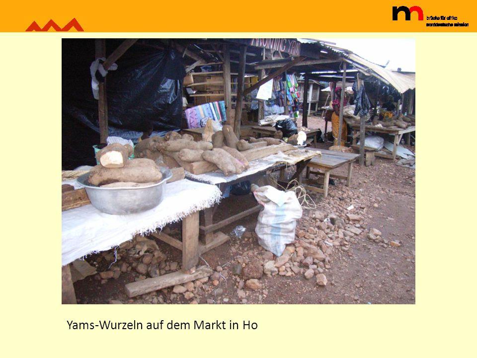 Yams-Wurzeln auf dem Markt in Ho