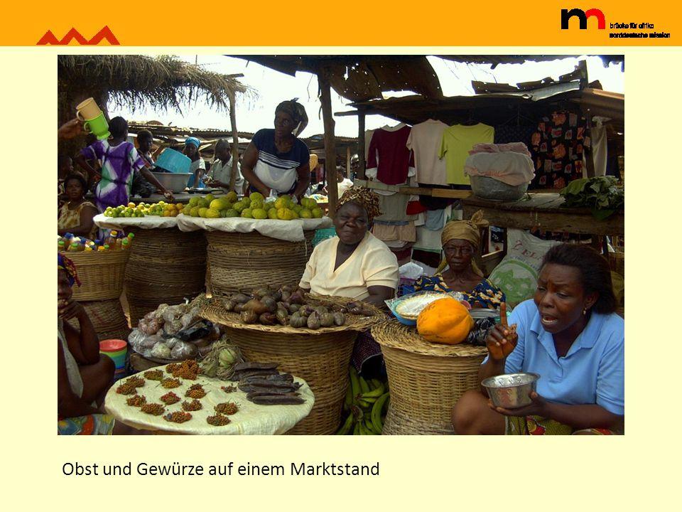 Obst und Gewürze auf einem Marktstand
