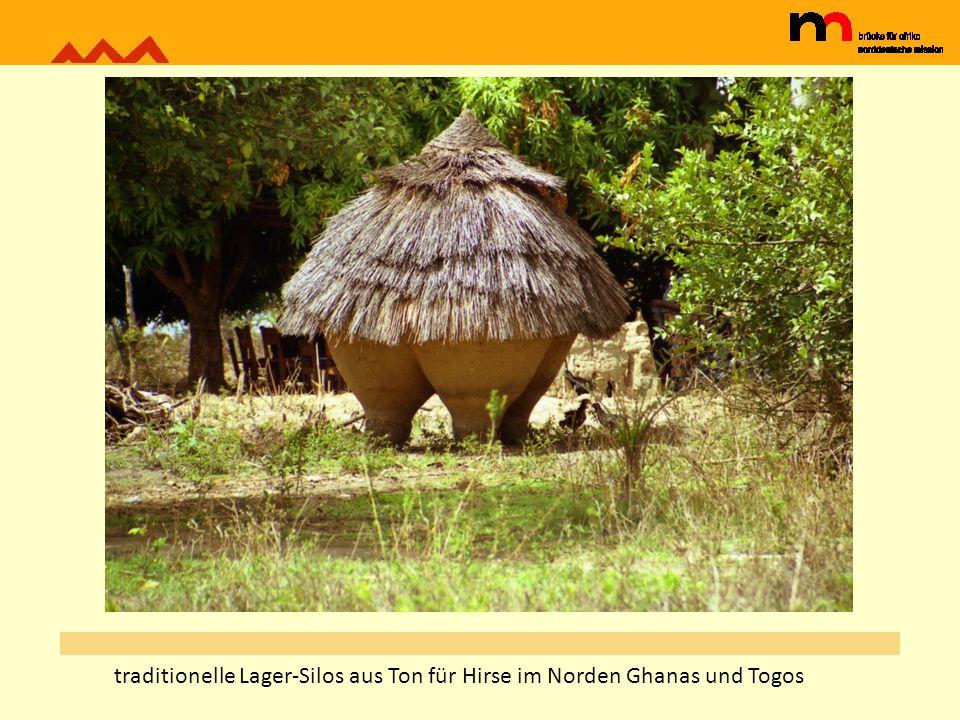 traditionelle Lager-Silos aus Ton für Hirse im Norden Ghanas und Togos