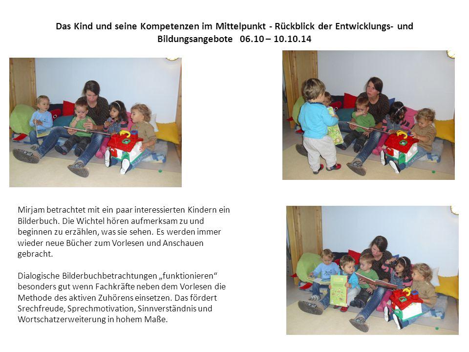 Das Kind und seine Kompetenzen im Mittelpunkt - Rückblick der Entwicklungs- und Bildungsangebote 06.10 – 10.10.14 Mirjam betrachtet mit ein paar interessierten Kindern ein Bilderbuch.