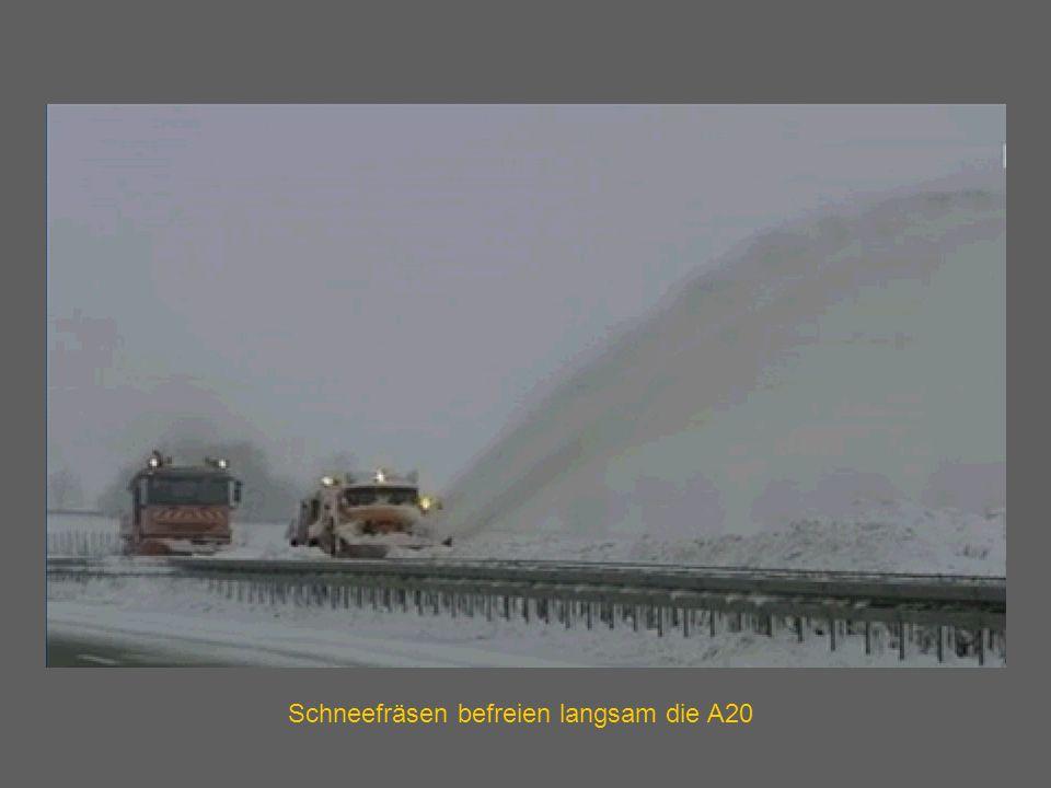 Schneefräsen befreien langsam die A20