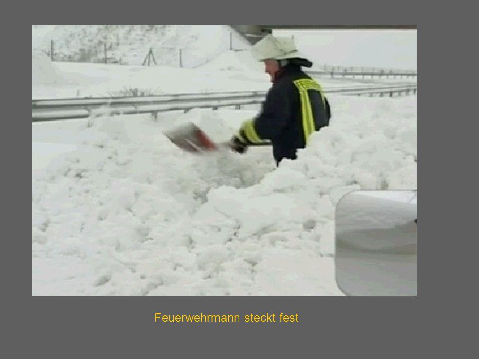 Feuerwehrmann steckt fest