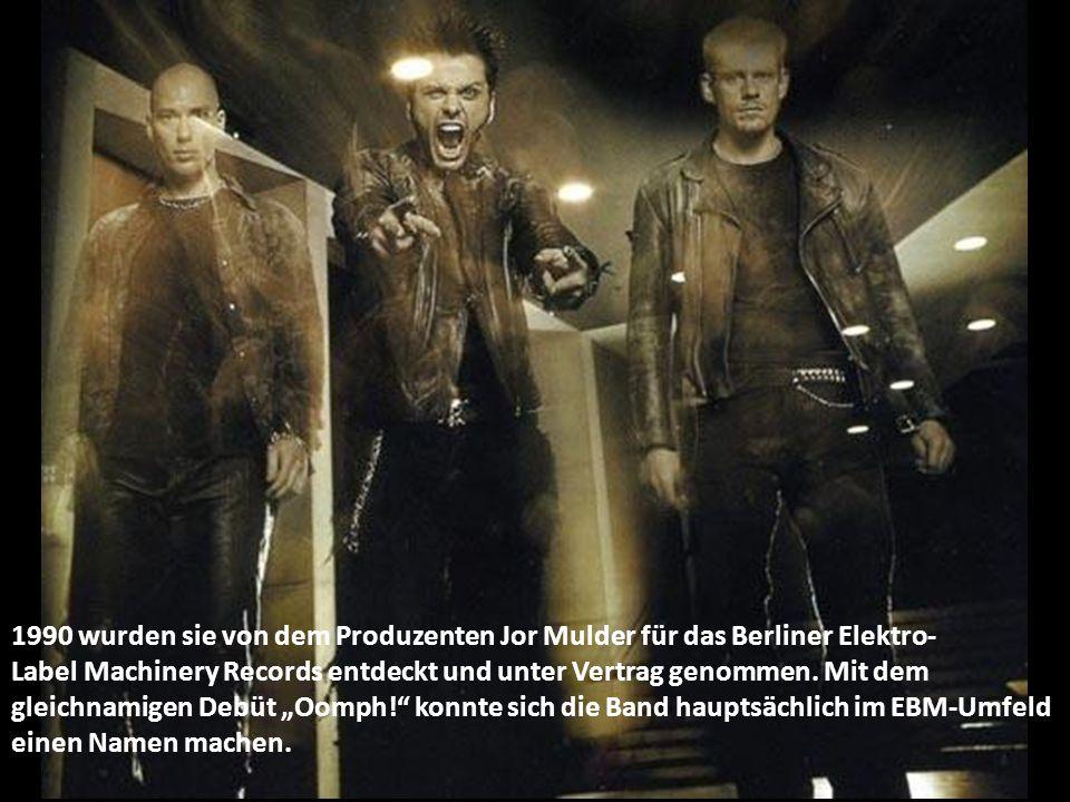 1990 wurden sie von dem Produzenten Jor Mulder für das Berliner Elektro- Label Machinery Records entdeckt und unter Vertrag genommen.