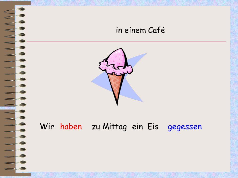 Wir zu Mittag ein Eishabengegessen in einem Café