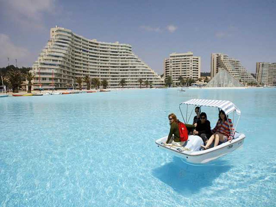 Die direkt am Schwimmbecken gelegenen Hotels bieten darin u.