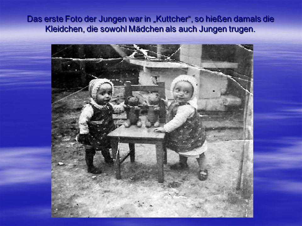 """Das erste Foto der Jungen war in """"Kuttcher"""", so hießen damals die Kleidchen, die sowohl Mädchen als auch Jungen trugen."""