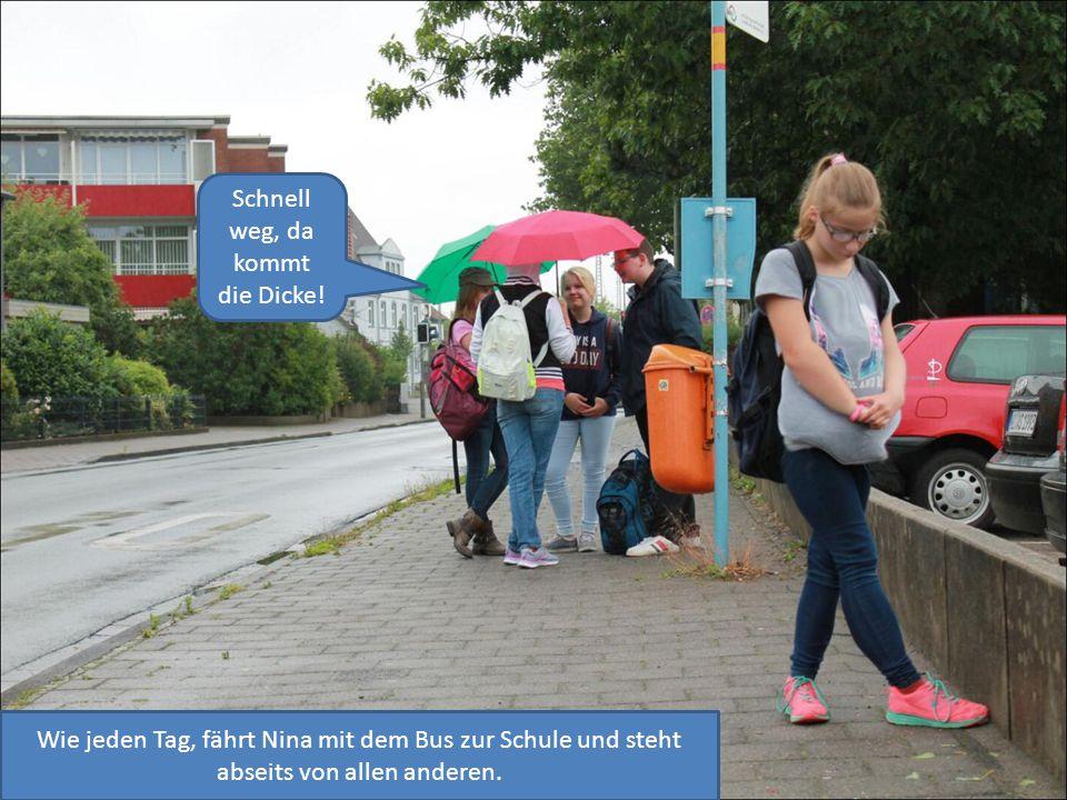 Wie jeden Tag, fährt Nina mit dem Bus zur Schule und steht abseits von allen anderen.