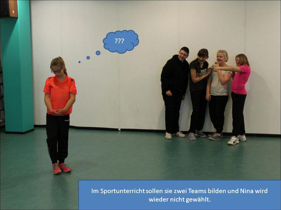 Im Sportunterricht sollen sie zwei Teams bilden und Nina wird wieder nicht gewählt. ???