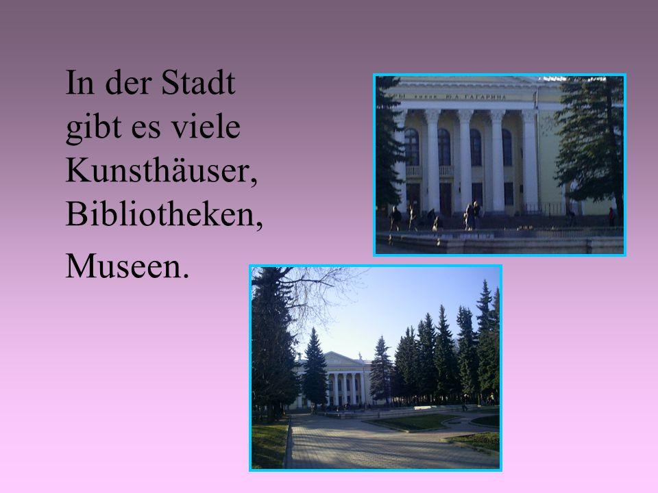 In der Stadt gibt es viele Kunsthäuser, Bibliotheken, Museen.