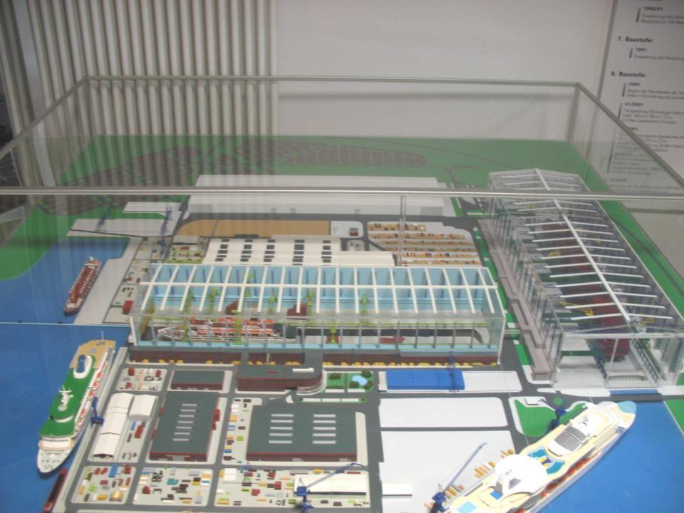 Anhand eines Modells von der Meyer-Werft hatte man einen dollen Überblick über die wahre Größe der Werft.