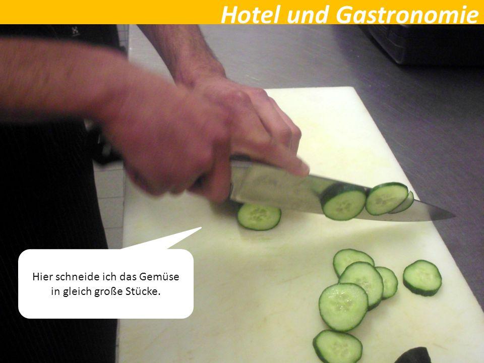 Hotel und Gastronomie Hier schneide ich das Gemüse in gleich große Stücke.