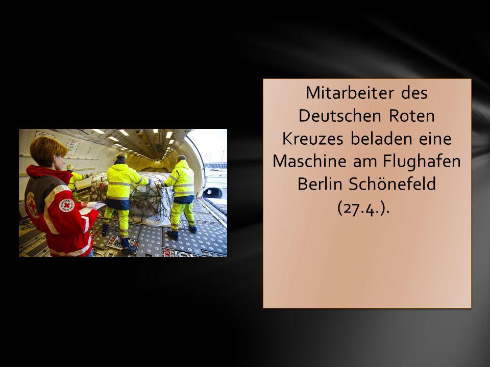 Mitarbeiter des Deutschen Roten Kreuzes beladen eine Maschine am Flughafen Berlin Schönefeld (27.4.).