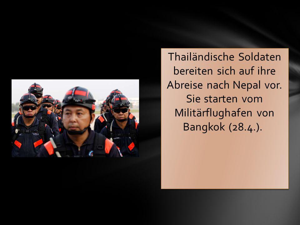Thailändische Soldaten bereiten sich auf ihre Abreise nach Nepal vor. Sie starten vom Militärflughafen von Bangkok (28.4.).