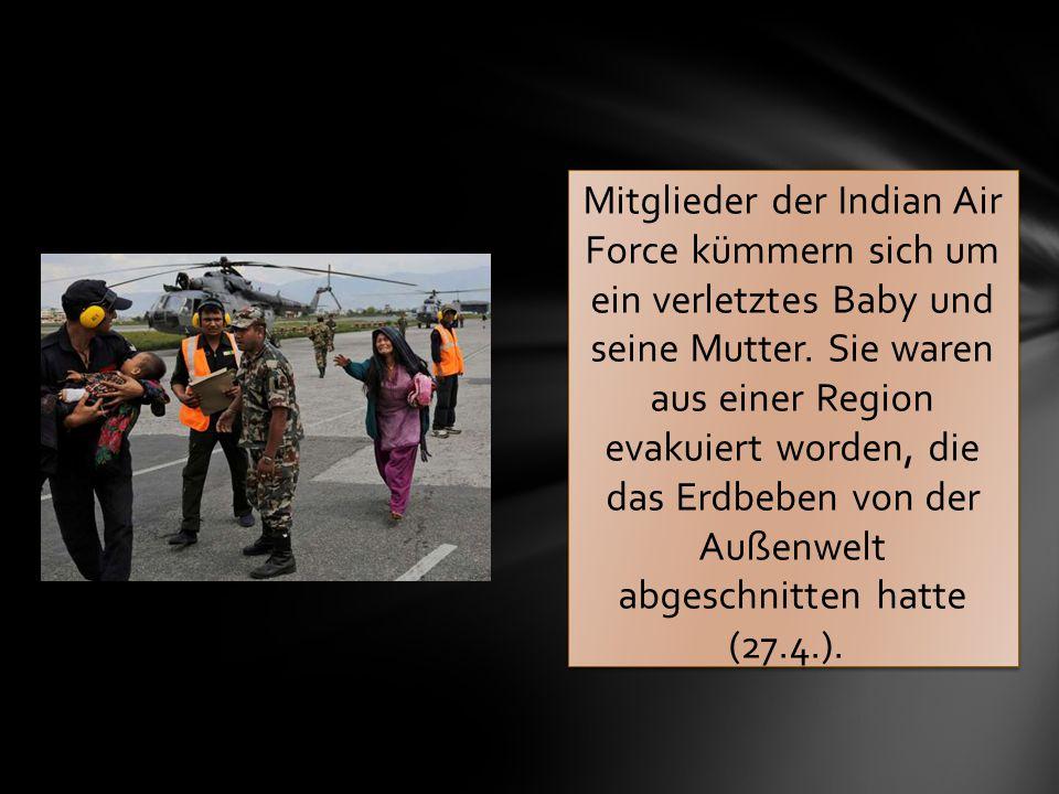 Mitglieder der Indian Air Force kümmern sich um ein verletztes Baby und seine Mutter. Sie waren aus einer Region evakuiert worden, die das Erdbeben vo