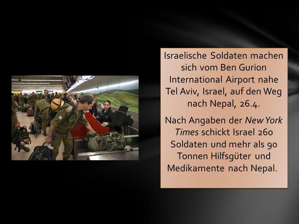 Israelische Soldaten machen sich vom Ben Gurion International Airport nahe Tel Aviv, Israel, auf den Weg nach Nepal, 26.4.